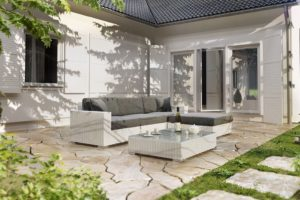 Sprawdź białe meble na taras w swojej przestrzeni wypoczynkowej